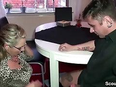 German Milf Bi Jenny fickt den Elektriker