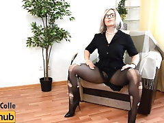 SEXY MATURE BLONDE TEARING HER NYLONS