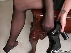 American milf Heidi proves to be a skillful secretary