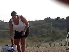 Moeder met enorme tieten op het strand
