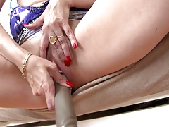 Mature sexbomb mommy with thirsty pussy