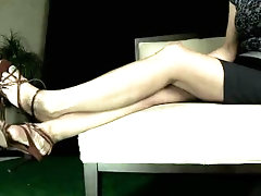 La Creme has her slave kiss and sniff her bare feet and jerk off